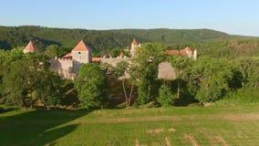 Widok z lotu ptaka królewski grodowy Veveri Eichhorn lub Burg piękny, Morawski, stoi na skale nad - wodna tama na rzecznym Svratk zbiory wideo