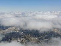 Widok z lotu ptaka krajobraz i pejzaż miejski Indianapolis przez chmur Widok od samolotu Indianapolis jest kapitałem i najwięcej  zdjęcie stock