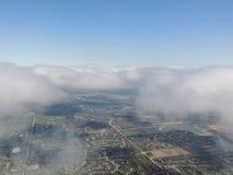 Widok z lotu ptaka krajobraz i pejzaż miejski Indianapolis przez chmur Widok od samolotu Indianapolis jest kapitałem i najwięcej  fotografia stock