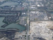 Widok z lotu ptaka krajobraz i pejzaż miejski Indianapolis przez chmur Widok od samolotu Indianapolis jest kapitałem i najwięcej  fotografia royalty free