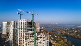 Widok z lotu ptaka krajobraz w mieście z w budowie budynkami i przemysłowymi żurawiami budowa ustanowione cegieł na zewnątrz miej zdjęcie stock