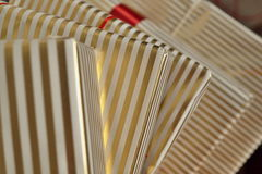 Widok z lotu ptaka krawędzie prezentów pakunki w białym i złotym prążkowanym opakunkowym papierze jako tło symbol boże narodzenia Fotografia Royalty Free