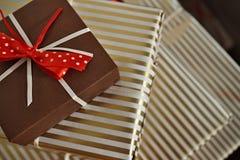 Widok z lotu ptaka krawędzie prezentów pakunki w białym i złotym prążkowanym opakunkowym papierze jako tło symbol boże narodzenia Zdjęcia Royalty Free