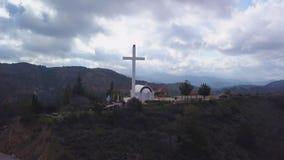 Widok z lotu ptaka krzyż i kaplica na górze góry w Cypr zbiory wideo