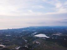 Widok z lotu ptaka kształtujący teren Pattaya miasto w Tajlandia, w ranku przy półmrokiem Zdjęcie Stock