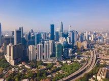 Widok z lotu ptaka Kuala Lumpur śródmieście, Malezja i autostrady drogowi, Pieniężny okręg i centrum biznesu w mądrze miastowym m zdjęcie royalty free