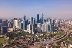 Widok z lotu ptaka Kuala Lumpur śródmieście, Malezja i autostrady drogowi, Pieniężny okręg i centrum biznesu w mądrze miastowym m obraz royalty free