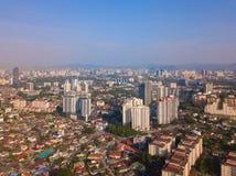 Widok z lotu ptaka Kuala Lumpur śródmieście, Malezja Mieszkaniowi domy gromadzcy w miastowym mieście w Azja Budynki przy południe zdjęcie stock