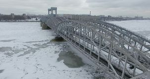 widok z lotu ptaka Latać wzdłuż rzecznego Neva w zimie chmurzy zimną pogodę Most nad rzecznym Petersburg Wzrost ptak zdjęcie royalty free