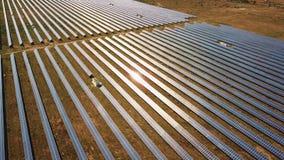 widok z lotu ptaka Latać nad energii słonecznej rośliną z słońcem Panel Słoneczny i słońce Powietrzny trutnia strzał 4K 30fps HQ zbiory