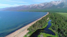 widok z lotu ptaka Latać nad pięknymi jeziornymi pobliskimi górami A zdjęcie wideo
