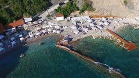 Widok Z Lotu Ptaka: Latać nad plażą z słońc łóżkami zdjęcie wideo