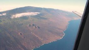 Widok z lotu ptaka latanie w samolocie i zbliżać się lotnisko w Maui, Hawaje zbiory