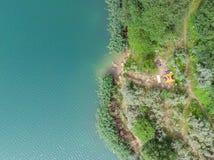 Widok z lotu ptaka lazur woda z zieleni plażą namiot na plaży Zdjęcie Royalty Free