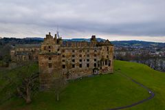 Widok z lotu ptaka Linlithgow kasztelu ruiny miejsce narodzin Maryjna królowa Scots w Zachodnim Lothian, Szkocja zdjęcia royalty free