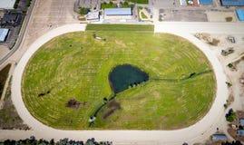 Widok z lotu ptaka lokalny konia ślad z stawem w polu bramkowym Obraz Royalty Free
