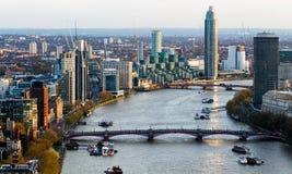 Widok z lotu ptaka Londyńska linia horyzontu i Rzeczny Thames, UK Zdjęcie Stock
