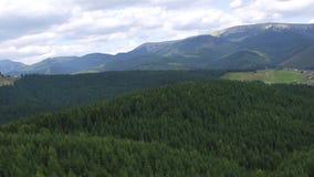 Widok Z Lotu Ptaka lot nad górami Ukraina Bukovel Latać nad niebem 4K UltraHD zbiory