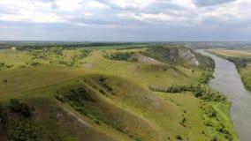 widok z lotu ptaka Lot nad zieleni trawiaści skaliści wzgórza z rzeczną doliną zbiory