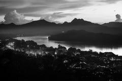 Widok z lotu ptaka Luang Prabang miasteczko w Laos Noc nad małym miastem czarny white Fotografia Stock