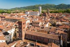 Widok z lotu ptaka Lucca, w Tuscany, podczas pogodnego popołudnia; biały kościół w tle jest katedrą zdjęcie stock