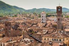 Widok z lotu ptaka Lucca, w Tuscany; wierza na dobrze dzwoni ` Torre delle Rudny ` zdjęcie stock