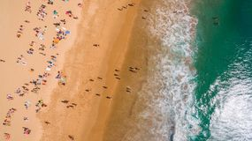 Widok z lotu ptaka ludzie odpoczywa na pięknej plaży blisko oceanu, Portugalia Zdjęcia Stock