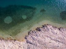 Widok z lotu ptaka ludzie rusza się wśród skał w morzu Przegląd dno morskie widzieć od above, przejrzysta woda zdjęcie stock