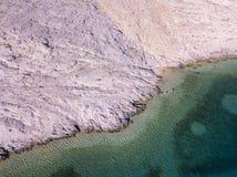 Widok z lotu ptaka ludzie rusza się wśród skał w morzu Przegląd dno morskie widzieć od above, przejrzysta woda obraz royalty free
