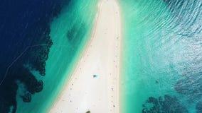 Widok z lotu ptaka ludzie sunbathing na Zlatni szczurze na wyspie Brac, Chorwacja zbiory wideo
