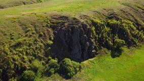 Widok z lotu ptaka mężczyzna nadchodzący puszek góra Męski wycieczkujący w dół skalistą falezę samotnie Arywista w górach facet zbiory wideo