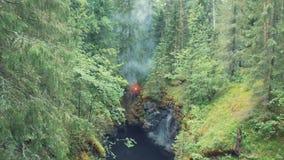 Widok z lotu ptaka mężczyzna pozycja na krawędzi głębokiego wąwozu z czerwonym sygnałowym racą w jego ręce w lesie blisko wysoki  zbiory wideo
