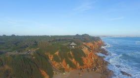 Widok z lotu ptaka mężczyzna w drewniany stoiskowym blisko faleza i morze zdjęcie wideo