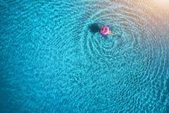 Widok z lotu ptaka młodej kobiety dopłynięcie w morzu z przejrzystą wodą Obraz Royalty Free