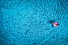 Widok z lotu ptaka młodej kobiety dopłynięcie w morzu z przejrzystą wodą Zdjęcie Royalty Free