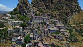 Widok z lotu ptaka Mała wioska Pentedattilo, kościół i ruiny zaniechana wioska, Grecka kolonia na górze Calvario zbiory