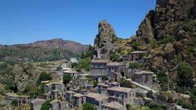 Widok z lotu ptaka Mała wioska Pentedattilo, kościół i ruiny zaniechana wioska, Grecka kolonia na górze Calvario czyj, zdjęcie wideo