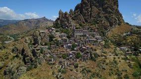 Widok z lotu ptaka Mała wioska Pentedattilo, kościół i ruiny zaniechana wioska, Grecka kolonia na górze Calvario czyj, zbiory