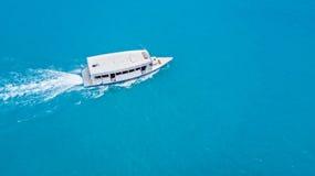 Widok z lotu ptaka małej łódki spływanie w morzu obrazy stock