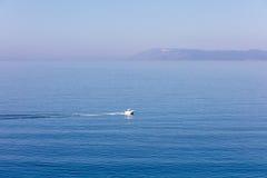 Widok z lotu ptaka małej łódki spływanie w morzu, podróży i wakacje pojęcie obraz royalty free