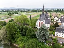 Widok Z Lotu Ptaka małej wioski kościelny punkt zwrotny w vallendar niederwerth blisko Koblenz Andernach Niemcy Obrazy Royalty Free