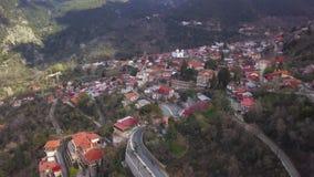 Widok z lotu ptaka malownicza mała wioska w górach Troodos na Cypr zdjęcie wideo