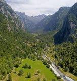 Widok z lotu ptaka Mello dolina dolina otaczająca granitowymi górami i lasowi drzewa, przemianowywał małego włocha Yosemite Zdjęcie Stock