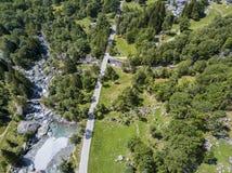 Widok z lotu ptaka Mello dolina, Val Di Mello, zielona dolina otaczająca granitowymi górami i lasowymi drzewami Val Masino Włochy Obraz Stock