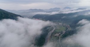 Widok z lotu ptaka: Mglisty las, Lata przez chmur w Transcarpathian mieście Mizhgirja zbiory wideo