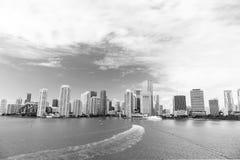 Widok z lotu ptaka Miami drapacze chmur z błękitnym chmurnym niebem zdjęcia stock