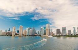 Widok z lotu ptaka Miami drapacze chmur z błękitnym chmurnym niebem zdjęcie stock