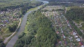 Widok z lotu ptaka miasteczko blisko lasowej klamerki Widok z lotu ptaka miasteczko w obszarze zalesionym z rzeką Zdjęcia Royalty Free