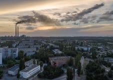 Widok z lotu ptaka miasteczko, elektrownia jądrowa, termiczna elektrownia obrazy royalty free