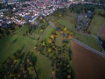 Widok z lotu ptaka: Miasteczko, pola i drzewa w jesieni, Fotografia Royalty Free